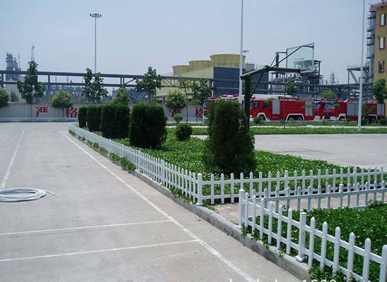 pvc草坪护栏.jpg